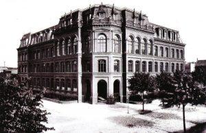 Gebäude der Oberrealschule 1895 in der Bahnhofstraße 11 Von 1891 bis 1904 war hier die Sammlung der Niederlausitzer Gesellschaft für Anthropologie und Altertumskunde untergebracht. 1913/14 wurde von der Schule als Lehrmittel ein Fischsaurier angeschafft.