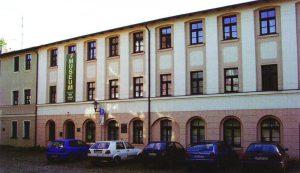 1995 erhielt das Naturmuseum mit seinen Sammlungen ein eigenes Gebäude Am Amtsteich 17/18, um nach neun Jahren aus Brandschutzgründen bereits wieder ausziehen zu müssen. Welch eine Belastung für die kostbaren Sammlungen! (Foto: R. STRIEGLER)