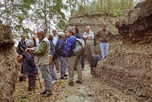 Abb. 1: Die Fachgruppe Botanik / Paläobotanik erkundet den Eem-Aufschluss Klinge (2003) - Foto: I. Zachow