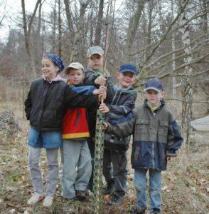 """Abb. 2: Die AG """"Kinder entdecken die Natur"""" pflanzt im Tertiärwald eine Himalaya-Birke (2006). - Foto: I. Zachow"""