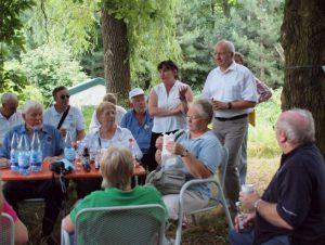 Abb. 3: Dezernent Berndt Weiße begrüßt im Tertiärwald eine australische Gruppe von Friendship Force. - Foto: I. Zachow