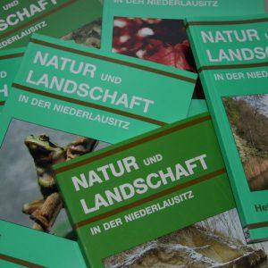 """Zeitschriftenstapel """"Natur und Landschaft in der Niederlausitz"""""""