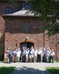 Gruppenbild vor der Kirche des Baumeisters George Bähr in Beitzsch (heute Biecz), Juni 2016. Foto K. Schmidt.