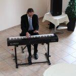 Dr. Oliver Niemzig begleitete die Veranstaltung musikalisch